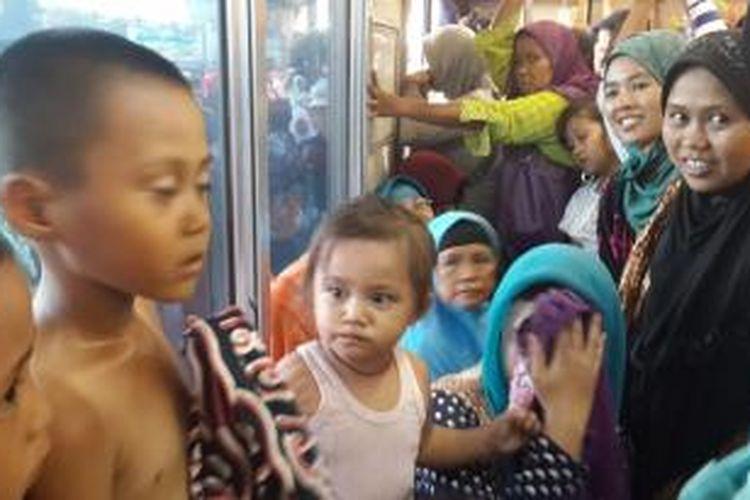 Penumpang Commuter Line jurusan Tanah Abang-Maja berdesak-desakan dan anak-anak kecil kepanasan. Kereta baru diberangkatkan setelah menunggu selama satu jam lebih karena terjadi antrean, Selasa (16/6/2015).