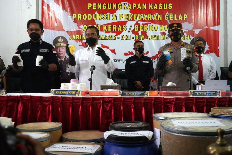 Kabareskrim Polri Komjen Pol Agus Andrianto (kedua kiri) bersama Kapolda DIY Irjen Pol Asep Suhendar (kanan) menunjukan barang bukti saat jumpa pers pengungkapan kasus tempat produksi dan obat keras ilegal di Kasihan, Bantul, D.I Yogyakarta, Senin (27/9/2021). Tim Mabes Polri dan Polda DIY berhasil mengamankan tiga tersangka berinisial JSR, LSK dan WZ serta barang bukti berbagai jenis obat keras seperti Hexymer, Trihex, DMP, double L, IRGAPHAN 200 mg sebanyak 30.345.000 butir yang sudah siap kirim dan bahan prekusor serta tujuh mesin produksi yang mampu memproduksi sebanyak 14.000.000 butir pil per hari. ANTARA FOTO/Andreas Fitri Atmoko/pras.