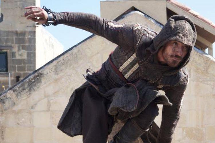 Michael Fassbender beraksi dalam Assassin's Creed