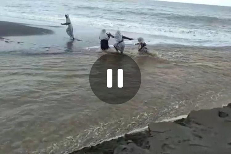 Sejumlah siswa SMP Negeri 16 Seram Bagian Timur, Maluku berusaha menyeberangi derasnya aliran sungai di perbatasan desa Tobo dan desa Batuasa, Kecamatan Werinama demi bisa pergi ke sekolah, Kamis (16/7/2020)