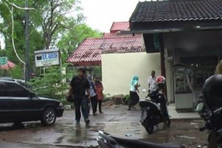 Warga Banda Aceh berhamburan keluar dari rumah atau gedung setelah merasakan guncangan gempa dengan kekuatan 6,2 Skala Richter, Selasa (2/7/2013).