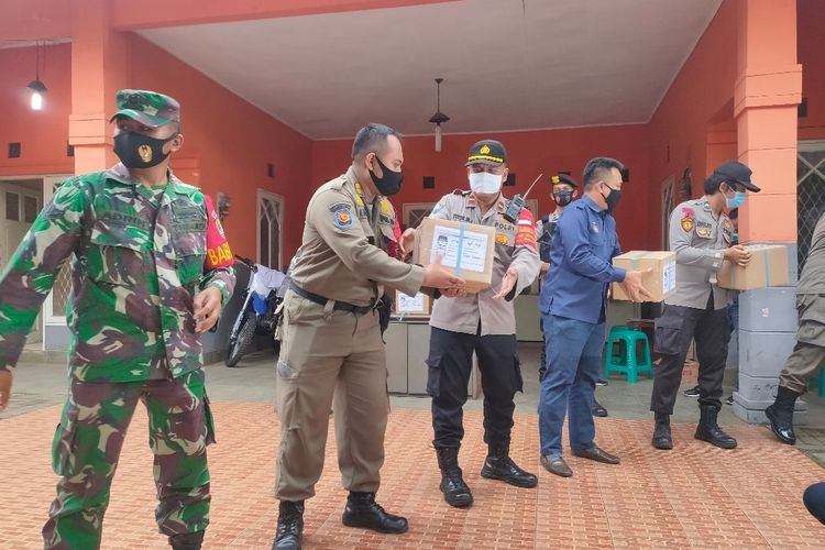 Proses pemindahan surat suara Pilkada Tangerang Selatan 2020 ke Gudang Komisi Pemilihan Umum Kota Tangerang Selatan, Selasa (24/11/2020)