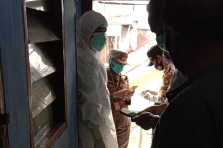 Petugas kepolisian, kelurahan, dan kesehatan berada di lokasi penemuan mayat di kamar indekos di Jalan Kirai 10, Cipete Utara, Kebayoran Baru, Jakarta Selatan pada Senin (18/1/2021) pagi.