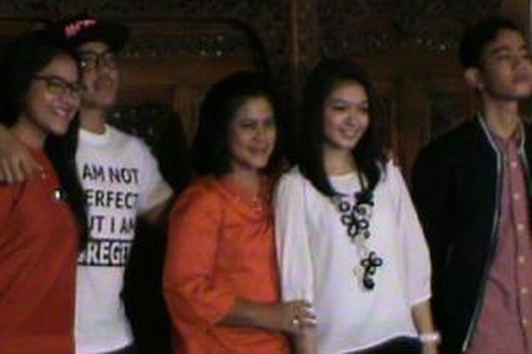 Iriana dan Selvi (dua dari kanan) bersama Gibran dan adik-adik Gibran saat jumpa pers di kediamannya di Solo, Selasa (14/4/2015).
