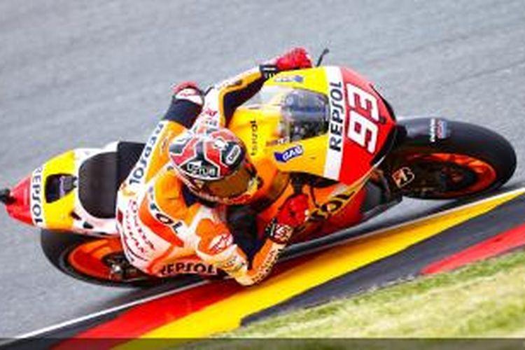 Pebalap Repsol Honda, Marc Marquez memacu motornya di Sirkuit Sachsenring pada sesi pemanasan GP Jerman, Minggu (14/7/2013).