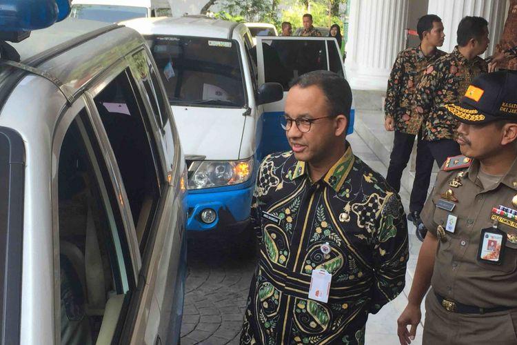 Gubernur DKI Jakarta Anies Baswedan mengirimkan 30  petugas Satpol PP perempuan untuk memastikan penutupan Hotel Alexis, Adapun pelepasan dilakukan di pendopo Balai Kota DKI Jakarta, Jakarta Pusat, Kamis (29/3/2018).