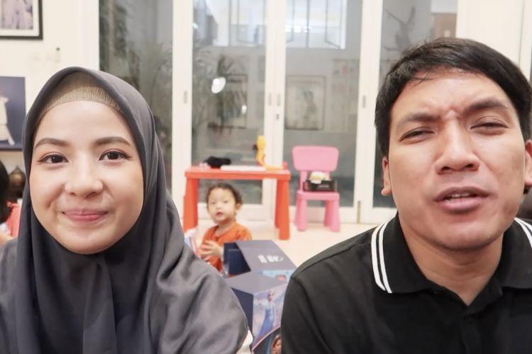 Natasha Rizki dan Desta sedang menjawab pertanyaan. (Bidikan layar YouTube Desta Natasha Family).