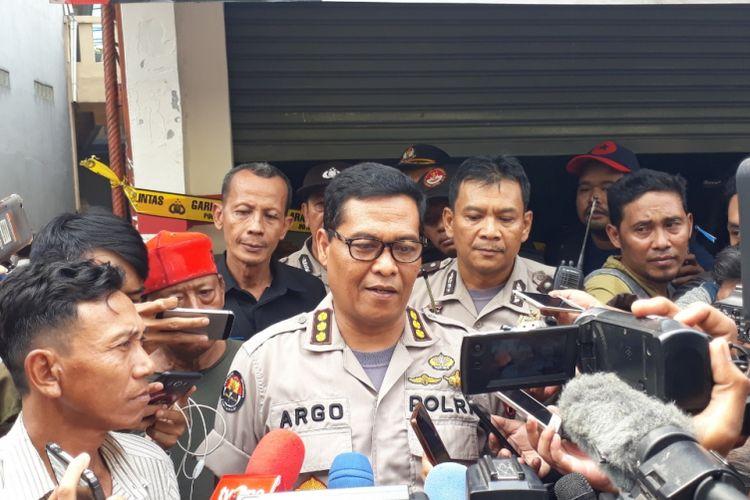 Kepala Bidang Humas Polda Metro Jaya Komisaris Besar Argo Yuwono kepada wartawan di lokasi kejadian tewasnya satu keluarga di Bekasi, Selasa (13/11/2018).