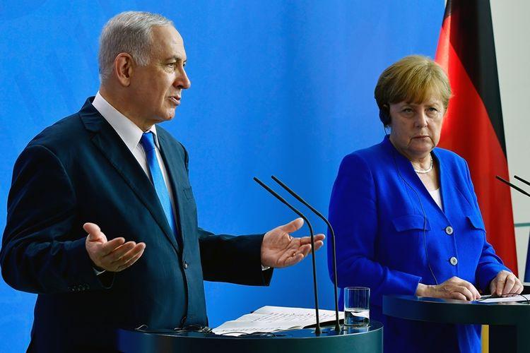 Perdana Menteri Israel Benjamin Netanyahu (kiri) saat konferensi pers bersama dengan Kanselir Jerman Angela Merkel (kanan) di Berlin, Senin (4/6/2018).