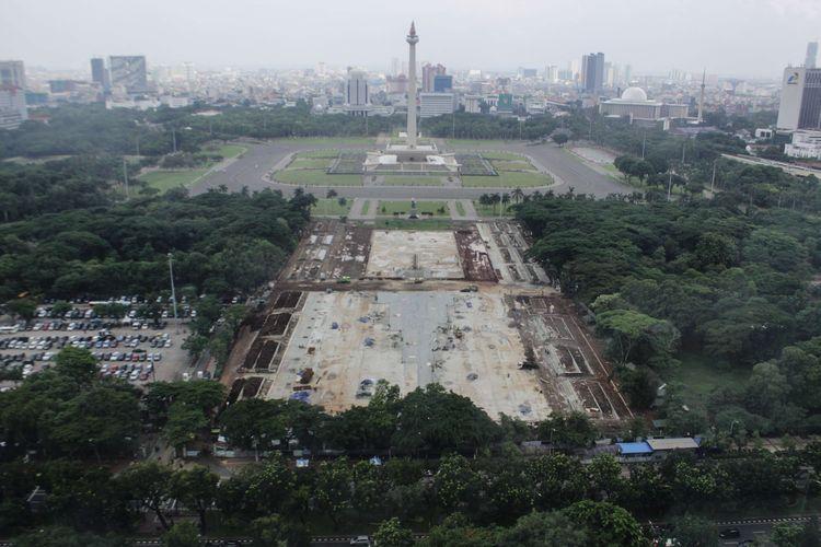 Suasana proyek revitalisasi di Taman Sisi Selatan Monumen Nasional, Gambir, Jakarta Pusat, Rabu (22/1/2020). Rencananya revitalisasi ini akan dibangun ruang terbuka publik yang berfungsi sebagai plaza upacara dan plaza parade.