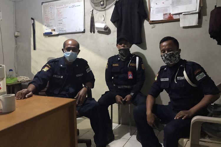 Tiga satpam Plaza Bisnis Kemang yaitu Hale (50), kiri; Rury (42), tengah; dan Kurniawan (35) kanan yang sempat merasakan banjir di kawasan Kemang, Bangka, Jakarta Selatan pada Sabtu (20/2/2021) dini hari. Mereka berjibaku melaksanakan tugas di tengah banjir yang merendam kawasan Kemang.