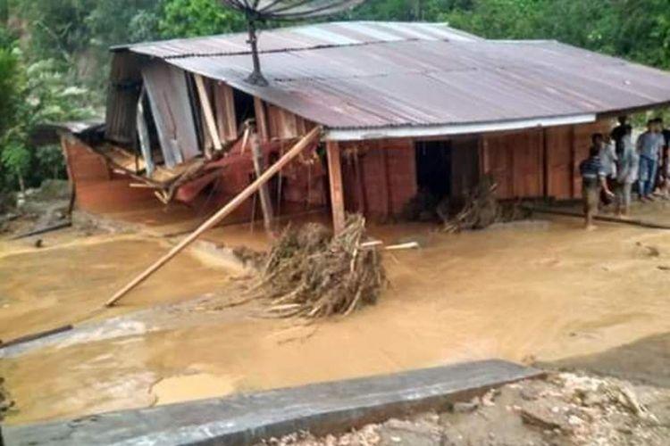 Salah satu rumah warga di Kecamatan Sipungga-pungga, Kabupaten Dairi yang dihajar banjir bandang, Selasa (18/12/2018).
