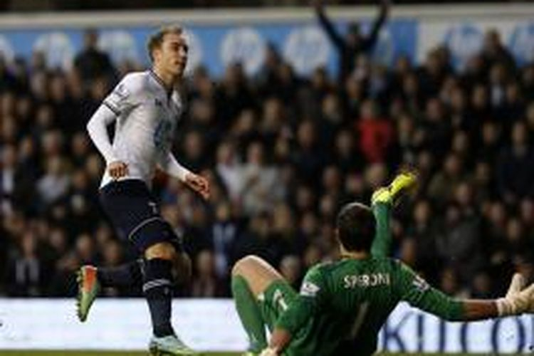 Gelandang Tottenham Hotspur, Christian Eriksen, berhasil melepaskan tendangan yang gagal dihalau kiper Crystal Palace, Julian Speroni, pada pertandingan Premier League, di Stadion White Hart Lane, London, Sabtu (11/1/2014).