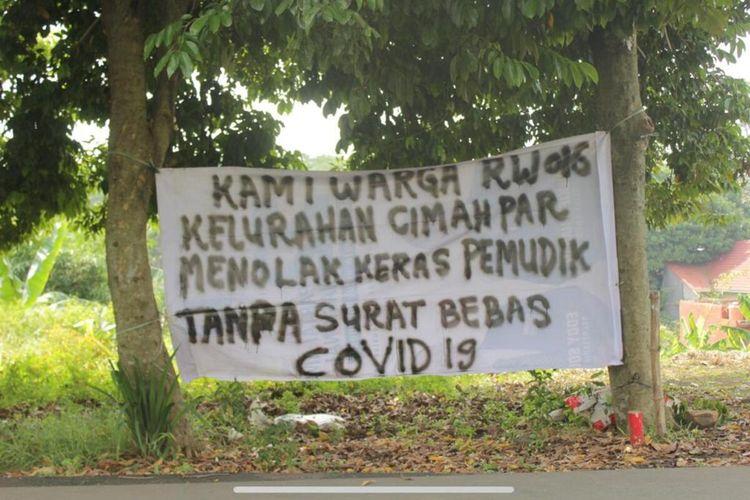 Warga RW 16, Kelurahan Cimahpar, Kota Bogor, Jawa Barat, memasang spanduk penolakan terhadap pemudik yang datang ke wilayahnya tanpa membawa surat bebas Covid-19.