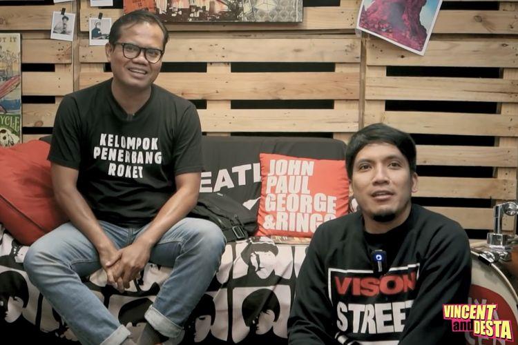 Soleh Solihun dan Desta yang sedang berbincang di kanal YouTube Vincent and Desta.