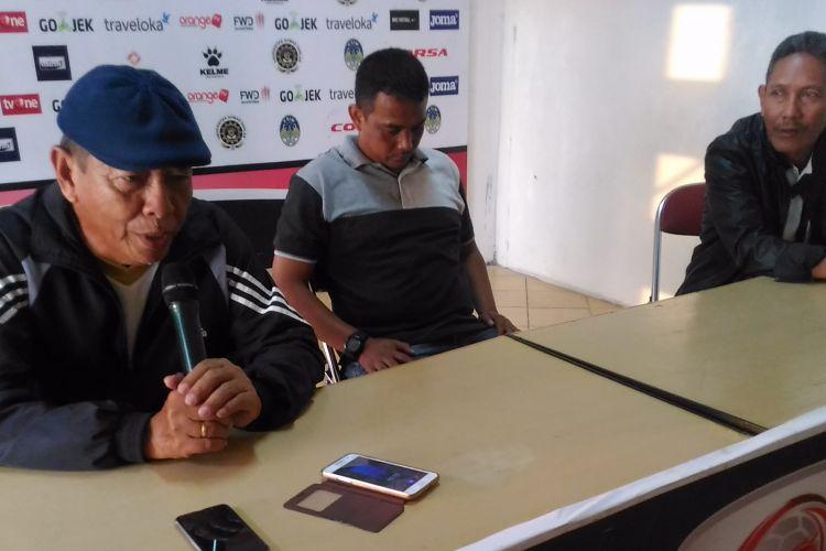 Pelatih Madiun Putra, Sartono Anwar (kiri), memberikan keterangan usai laga melawan PSIM Yogyakarta di Stadion Sultan Agung, Rabu (9/8/2017)