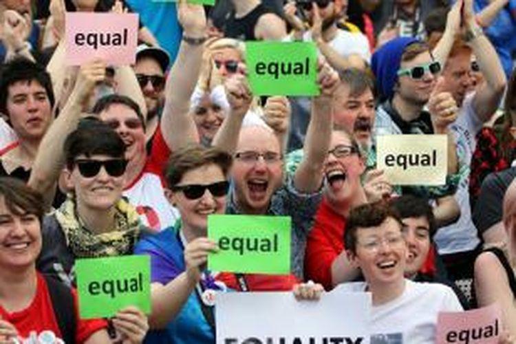 Kelompok LGBT (lesbian, gay, biseksual dan transjender) meluapkan kegembiraan mereka setelah hasil referendum yang digelar di Irlandia menunjukkan sebagian besar warga negeri itu mendukung legalisasi pernikahan gay.