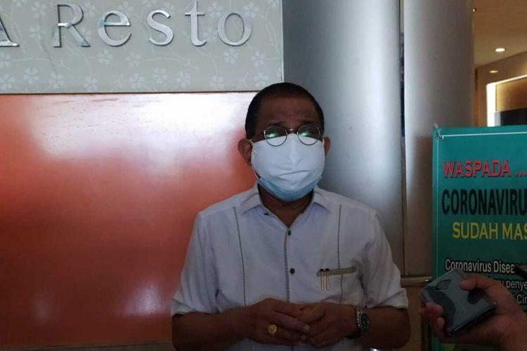 Wali Kota Ambon Richard Louhenapessy memberikan keterangan kepada waratwan terkait persiapan pelaksanaan PSBB di Kota Ambon, Sabtu sore (20/6/2020)