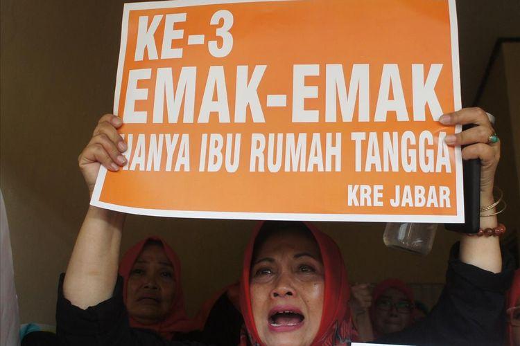 Relawan dan simpatisan mendukung tiga emak-emak Pepes Karawang sujud usai sidang putusan di Pengadilan Negeri (PN) Karawang, Selasa (30/7/2019).