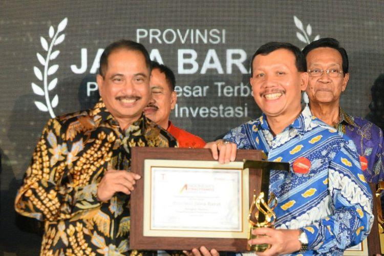 Sekretaris Daerah Provinsi Jawa Barat Iwa Karniwa saat menerima penghargaan Platinum Provinsi Besar kategori Investasi dalam Indonesia Attractiveness Award (IAI) 2019, yang digagas oleh Tempo Media Group dan Frontier Consulting Group, di Hotel Pullman, Jakarta, Selasa (23/7/2019)