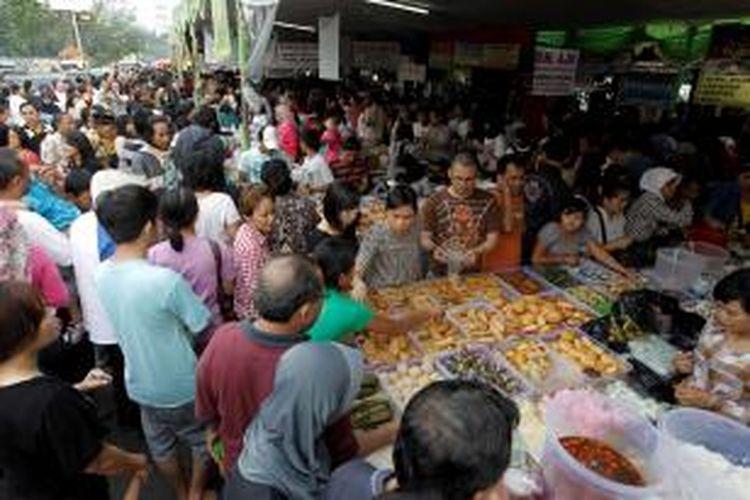 Suasana pasar kuliner musiman yang menjajakan aneka makanan di kawasan Pasar Benhil, Jakarta, Minggu (7/8/2011). Pasar kuliner musiman setiap bulan Ramadhan tersebut ramai diserbu pembeli yang membutuhkan makanan untuk berbuka puasa.