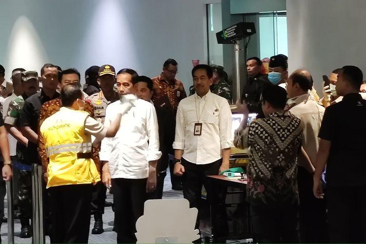 Presiden Joko Widodo meninjau proses  sterilisasi di Bandara Soekarno-Hatta, Tangerang, Banten, Jumat (13/3/2020) siang. Proses sterilisasi ini dilakukan dalam rangka mencegah penularan virus corona Covid-19.