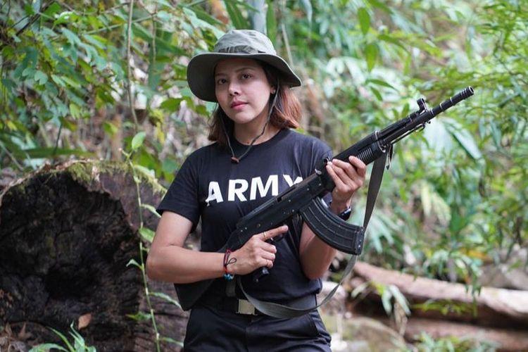 Htar Htet Htet, mantan ratu kecantikan Myanmar yang kini bergabung bersama pemberontak menentang junta militer.