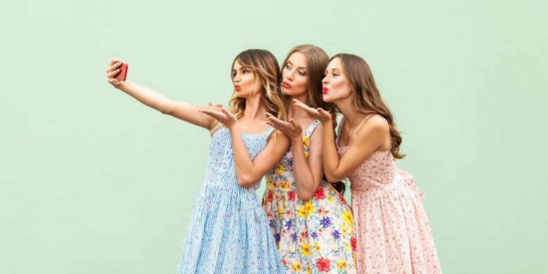 Ilustrasi group selfie bersama teman