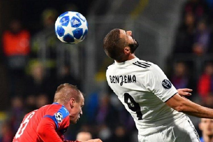 Karim Benzema memenangi duel udara atas lawannya pada pertandingan Viktoria Plzen vs Real Madrid di Doosan Arena dalam lanjutan Liga Champions, 7 November 2018.