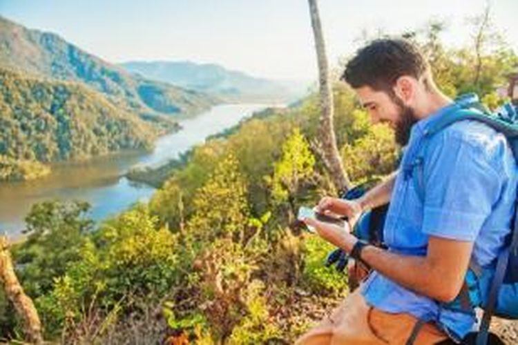 Lindungi ponsel dengan screen protector anti gores dan casing tahan air. Jadi, Anda tak perlu khawatir saat ponsel kesayangan terjatuh atau tersiram air minum.