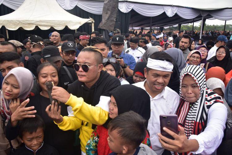 Dedi Mulyadi bersama Seniman Sunda Entis Sutisna alias Sule.