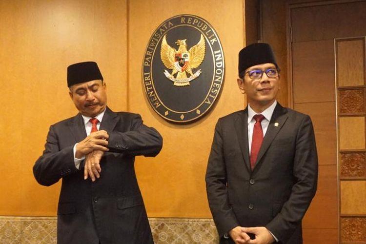 Menteri Pariwisata 2014-2019 Arief Yahya bersama Menteri Pariwisata dan Ekonomi Kreatif 2019-2024 Wishnutama saat acara serah terima jabatan di Gedung Sapta Pesona, Jakarta, Rabu (23/10/2019).