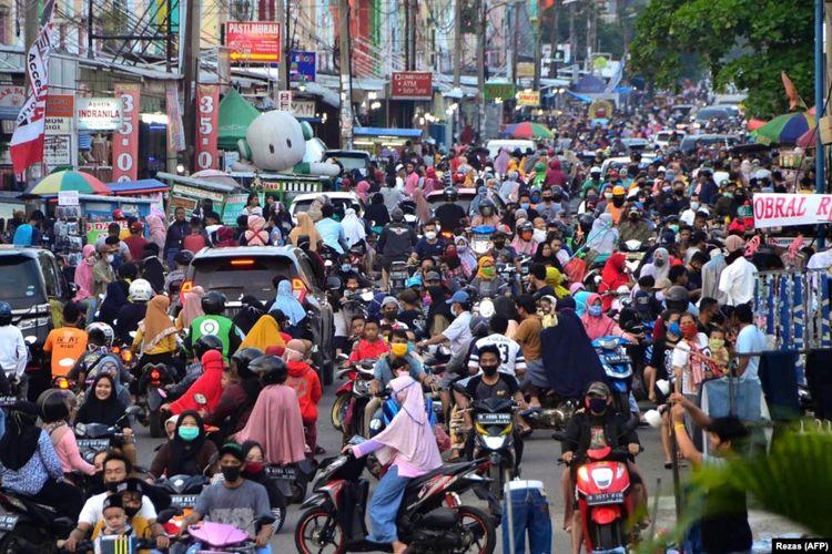 Masyarakat memadati area perbelanjaan untuk membeli baju baru, kebiasaan jelang Idul Fitri yang menandai berakhirnya bulan suci Ramadhan di Bekasi, Jawa Barat, pada 22 Mei 2020, dengan mengabaikan anjuran pemerintah untuk dilakukan.