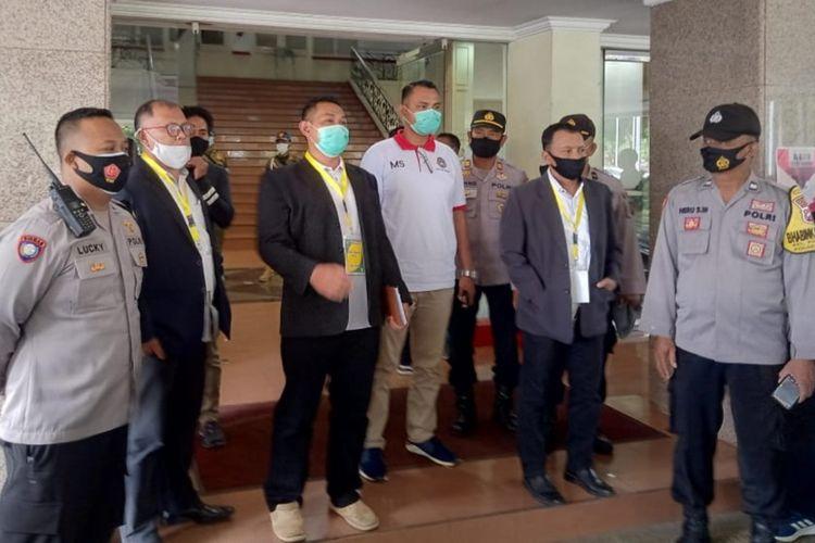 Sejumlah petugas keamanan saat menghentikan KLB Askab PSSI Kabupaten Malang diPendopo Kabupaten Malang, Kamis (14/1/2021).