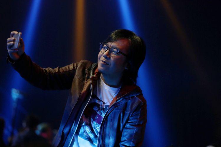 Ari Lasso saat menjadi juri dalam acara Indonesian Idol 2018 di Studio 11, MNC Studios, Kebon Jeruk, Jakarta Barat, Selasa (13/2/2018). Sejumlah kontestan tampil berkolaborasi saat memasuki Top 10 Indonesian Idol 2018.