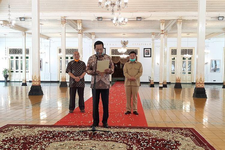 Raja Keraton Ngayogyakarta Hadiningrat, Sri Sultan HB X saat membacakan pesan untuk warga mengenai wabah pandemik Covid-19 yang sedang terjadi di Daerah Istimewa Yogyakarta.