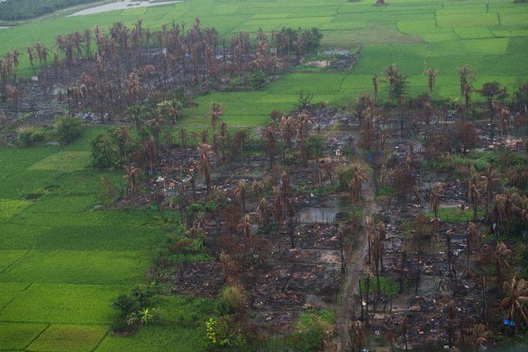 Foto udara yang diambil pada 27 September 2017 menunjukkan kondisi desa di dekat Maungdaw di utara Rakhine yang terbakar.