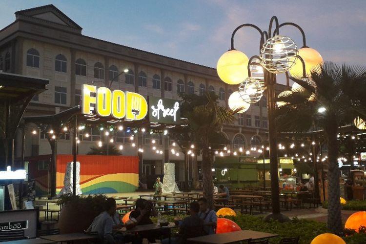 Suasana area kuliner Food Street di Pulau D Reklamasi atau kawasan Pantai Maju, Rabu (13/2/2019).