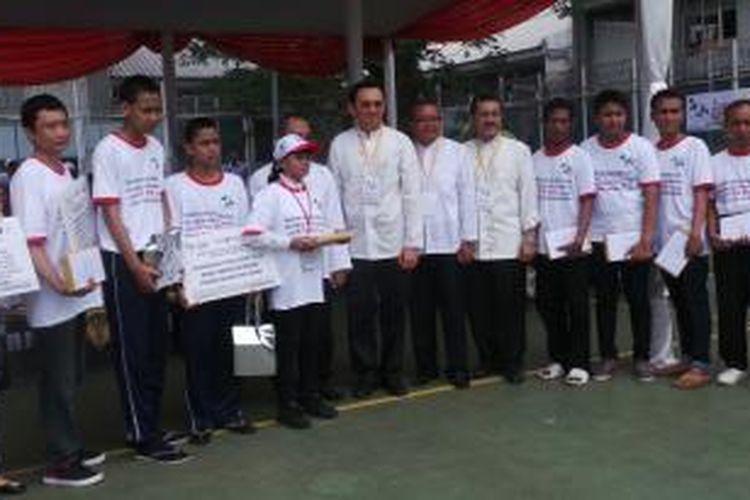 Gubernur DKI Jakarta Basuki Tjahaja Purnama saat berfoto bersama warga binaan berprstasi di Peringatan Hari AIDS Sedunia, di LP Salemba, Jakarta, Sabtu (29/11/2014).