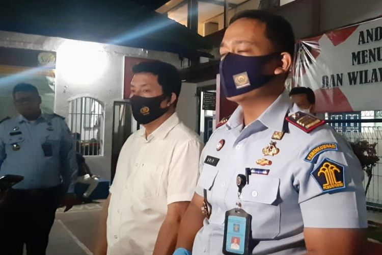 Kepala Rutan Kelas 1A Solo Urip Dharma Yoga dan Kasat Narkoba Polresta Solo Kompol Djoko Satrio memberikan keterangan pers dugaan penyelundupan narkona jenis sabu-sabu di Rutan Kelas 1 Solo, Jawa Tengah, Rabu (7/10/2020) malam.