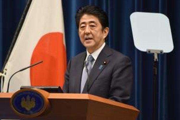 PM Jepang Shinzo Abe saat memberikan pernyataan dalam peringatan berakhirnya Perang Dunia II, Jumat (14/8/2015).