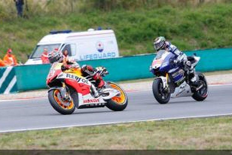 Pebalap Honda, Marc Marquez (depan) memimpin balapan GP Ceko, setelah melewati Jorge Lorenzo dari Yamaha, di Sirkuit Brno, Minggu (25/8/2013).