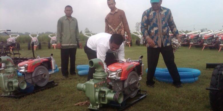 Menteri Pertanian Andi Amran Sulaiman mencoba menghidupkan salah satu mesin pertanian yang akan diserahkan Presiden Joko Widodo kepada petani, Sabtu (31/1/2015).