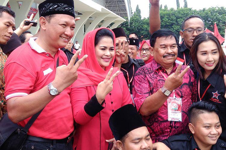 Puti Guntur Soekarno (tengah), berfoto bersama para relawan dan kader PDI-P Gresik.