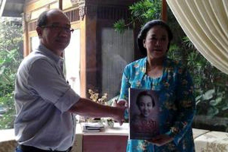 Kepala Redaksi Penerbit Buku Kompas, Mulyawan Karim bersama penulis buku biografi Gusti Noeroel, Ully Hermono, saat peluncuran buku di kediaman Martha Tilaar, Jakarta, Rabu, 16 April 2014.