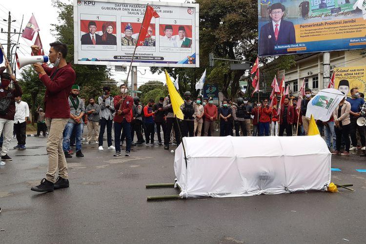 Aliansi mahasiswa Jambi yang menolak omnibus law membawa keranda dan bendera kuning sebagai simbol matinya DPR, pada Senin (12/10/2020).