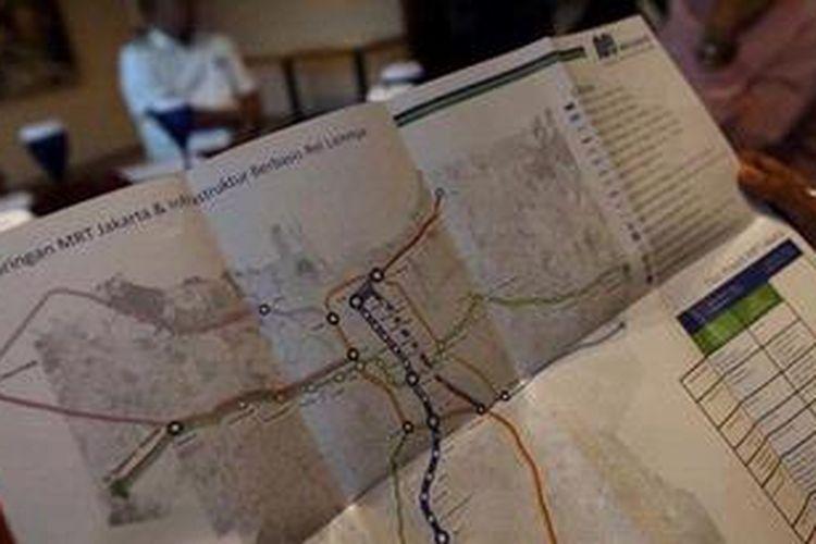 Wartawan memerhatikan selebaran berisi informasi mengenai MRT yang akan dibangun di Jakarta saat jajaran direksi PT MRT Jakarta memberikan keterangan  di sebuah hotel di Jakarta Pusat, Senin (15/4/2013). Proyek untuk mengatasi kemacetan di Jakarta itu dipastikan akan segera dimulai.
