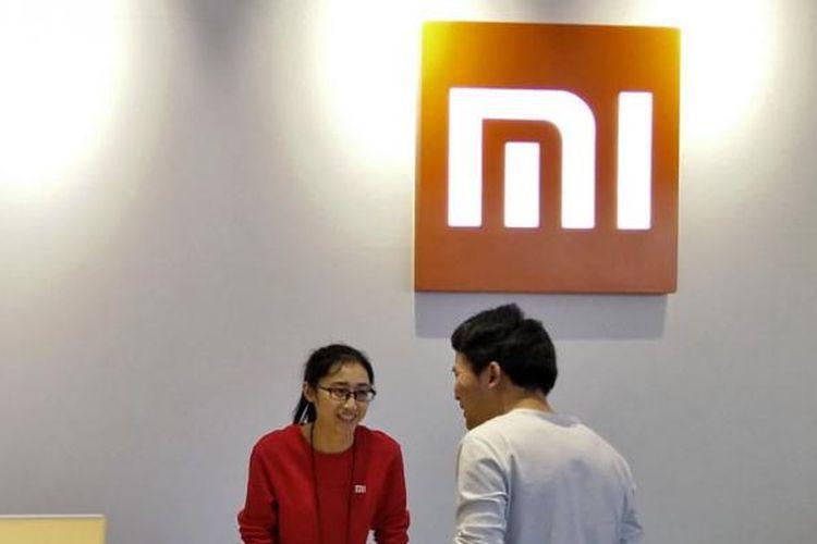 Seorang pramuniaga Mi Home, toko aksesoris dan experience center Xiaomi di Beijing, sedang melayani konsumen.