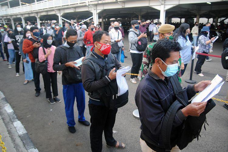 Sejumlah calon penumpang mengantre saat pemeriksaan dokumen Surat Tanda Registrasi Pekerja (STRP) di Stasiun Bogor, Jawa Barat, Senin (13/7/2021). Kementerian Perhubungan mengeluarkan aturan soal kewajiban membawa STRP atau surat tugas bagi pengguna KRL Commuterline yang berlaku mulai Senin (13/7/2021) di masa Pemberlakuan Pembatasan Kegiatan Masyarakat (PPKM) Darurat.