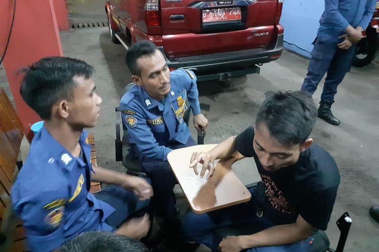 Petugas Sudin PKP Jakarta Timur bantu seorang warga lepaskan cincin dari jarinya, Senin (15/7/2019).